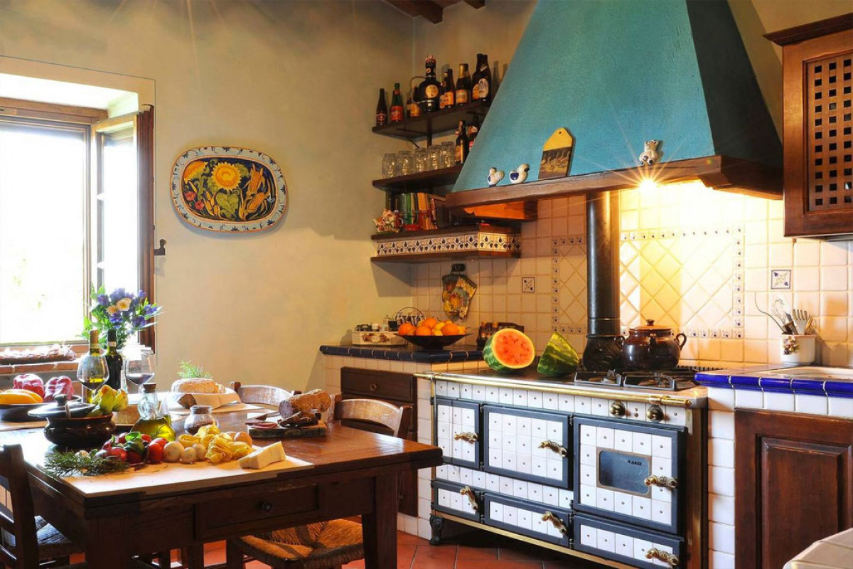First floor, well equipped kitchen. San Leolino