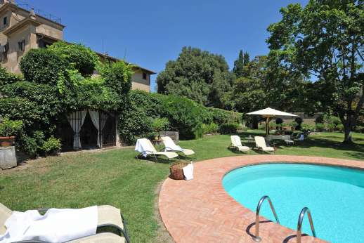 Villa di Bonorlo - Trees and greenery line the pool area for extra shade.