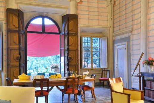 Villa di Bonorlo - Dining table and access to the terrace from the grand living room.