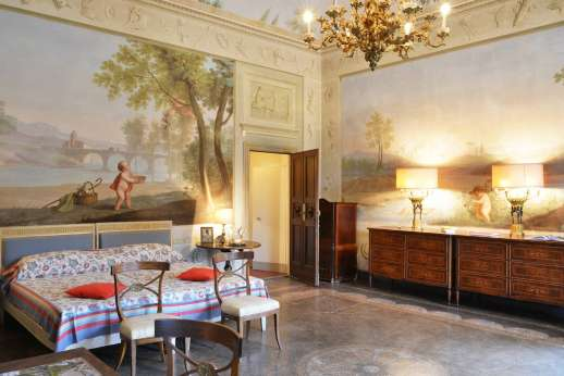 Villa di Bonorlo - Classically decorated double bedroom with en suite on ground floor.