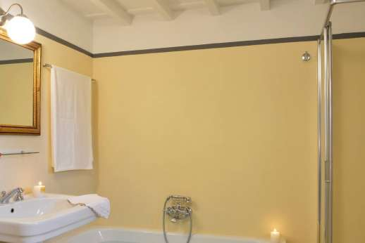Villa di Bonorlo - En suite bathroom with bath and shower.