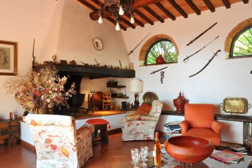 Casa Grazia - Comfortable sofas and beautiful patterns and colours in the sitting room.