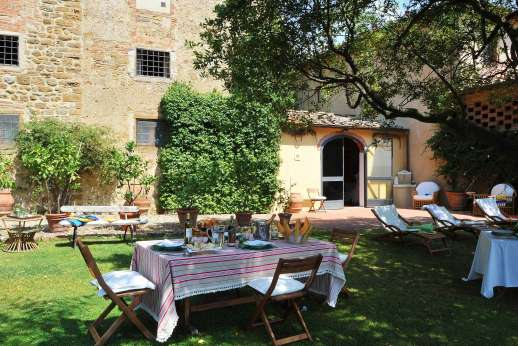 Casa Grazia - View of the lovely front garden with ample loungers and shaded areas.