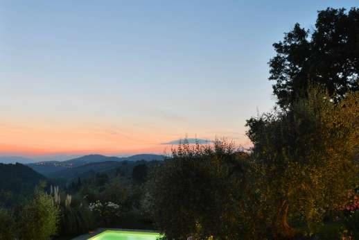 Il Giogo - The fully lit pool can be enjoyed in the evening while admiring the Tuscan rolling hills.