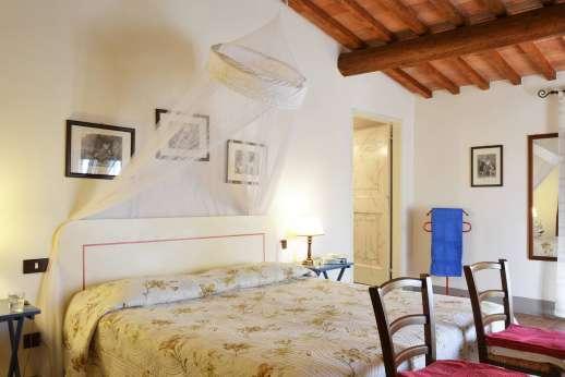 Il Giogo - Double bedroom with en suite bathroom with bath.