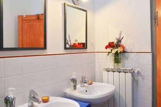 Il Giogo - Double sink en suite bathroom with bath.