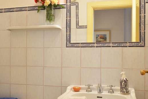 Il Giogo - En suite bathroom with shower.