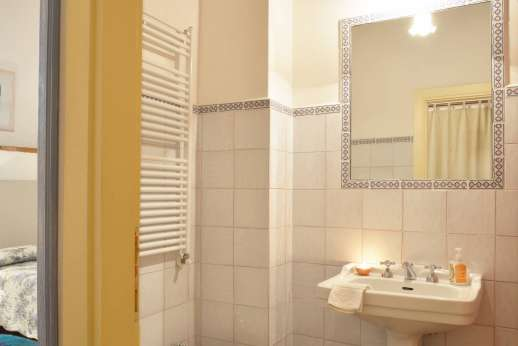 Il Giogo - En suite bathroom with shower to the ground floor twin bedroom.