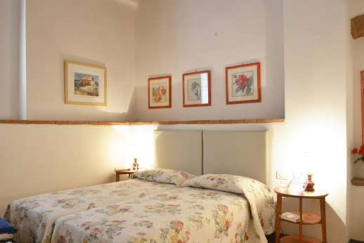 Il Giogo - One of the twin bedrooms on the ground floor with en suite bathroom with shower.