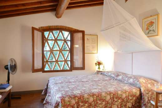Il Giogo - Double bedroom on the first floor with en suite bathroom with shower.