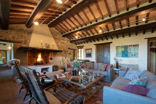 Il Nestorello - The large sitting room, first floor with working fireplace.