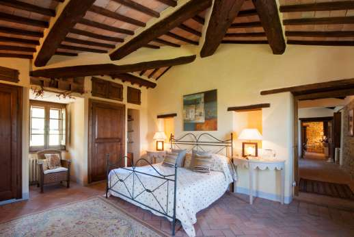 Il Nestorello - The master bedroom with en suite bathroom.
