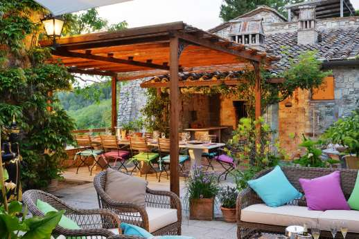 Il Trebbio - Il Trebbio, just minutes away from Castellina-in-Chianti, lounging area in the courtyard.