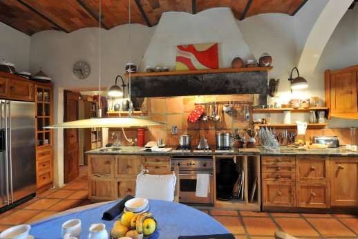 Il Trebbio - Large and well-equipped kitchen with a breakfast table.