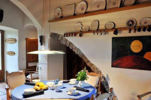 Il Trebbio - Breakfast table in the kitchen and access to the garden.