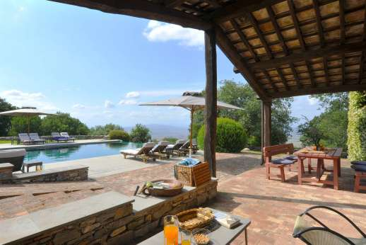 I Poggi  - The large furnished terrace enjoys spectacular views of the Tuscan countryside.
