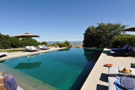 I Poggi  - The large infinity edged pool with panoramic views.