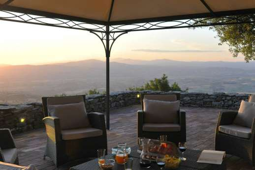 I Poggi  - Relax at dusk on the terrace overlooking Tuscany.