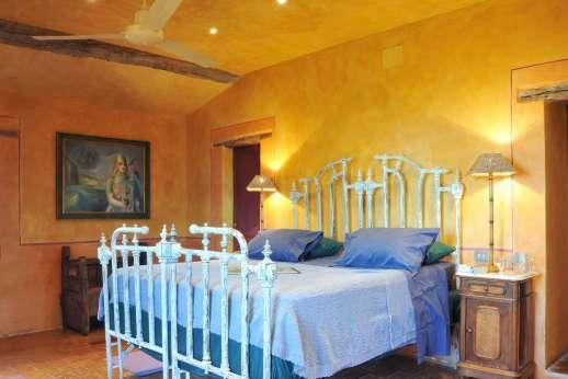 I Poggi  - Double bedroom with en suite bathroom,