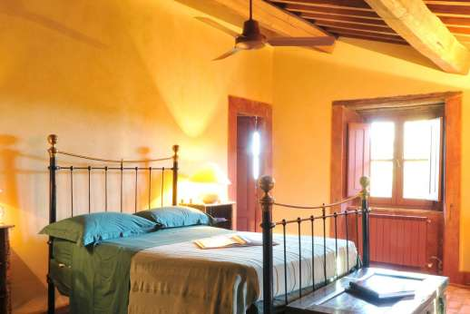 I Poggi  - Beautiful rambling stone farmhouse with a private heated pool near Scansano. Stunning views, Very comfortable & stylish interiors with  Ensuite bathrooms.