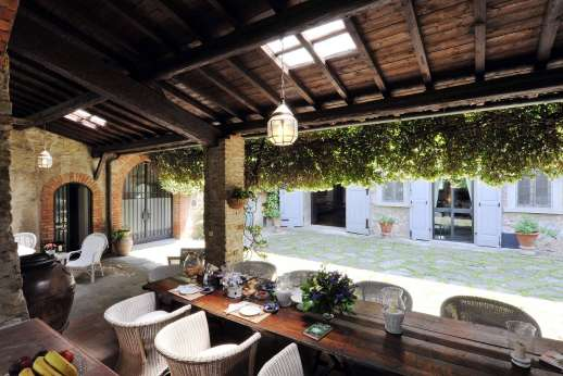 Villa di Citille - The dining loggia in the courtyard