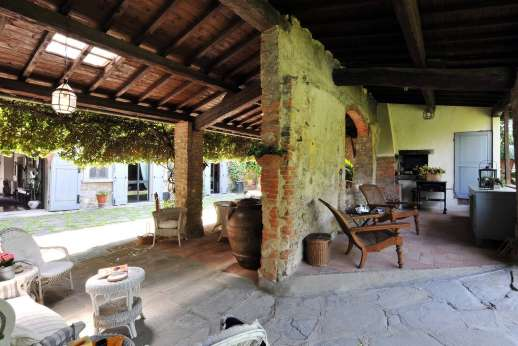 Villa di Citille - The full loggia with ding area to the left and seating to the right