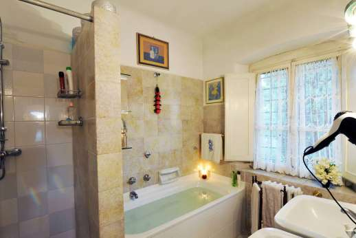 Villa di Citille - Ensuite bathroom with bath and separate shower.