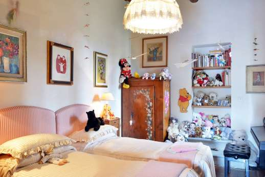 Villa di Citille - Double bedroom [convertible to twin] with a decorative fireplace. Bathroom with shower.
