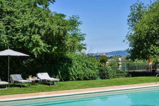 La Luna - Pool terrace enjoys views of Orvieto.