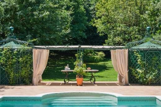 La Luna - Poolside shaded pergola