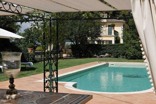 La Luna - Very elegant and refined luxury home on the edge of a small village near Orvieto. Beautiful gardens with a stunning swimming pool with a Roman mosaic