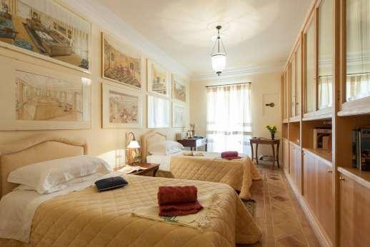 La Luna - Twin bedroom, with en suite bathroom, lower ground floor.