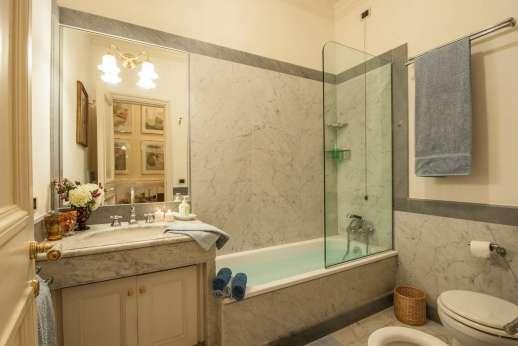 La Luna - An en suite bathroom.