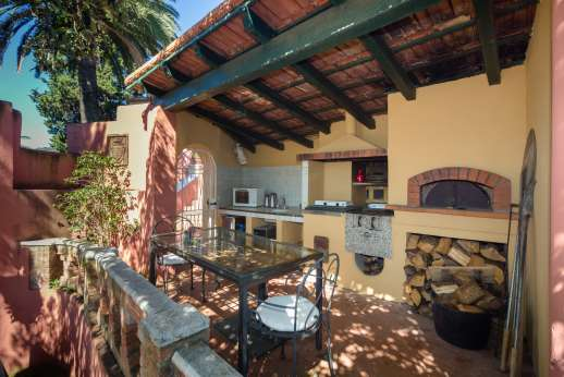 Villa Paraggi - Outdoor foody area with external kitchenette, built-in barbecue and wood oven.