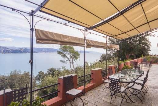 Villa Paraggi - Shaded seating and dining are