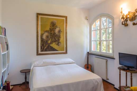 Villa Paraggi - Main house air conditioned twin bedroom with en-suite bathroom with shower.
