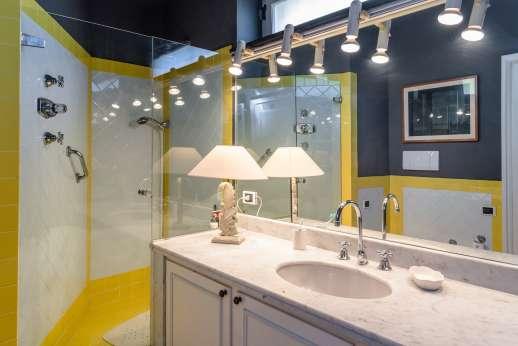 Villa Paraggi - En-suite bathroom with shower