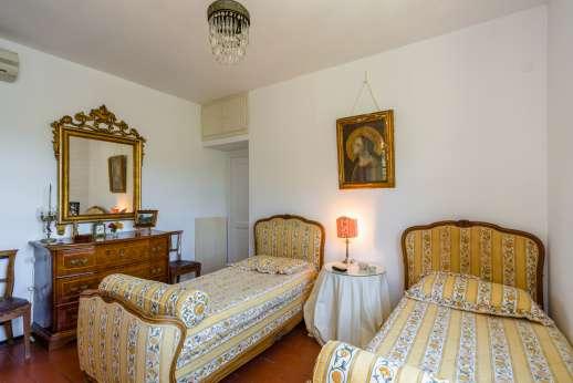 Villa Paraggi - Air conditioned twin bedroom with en-suite bathroom with shower