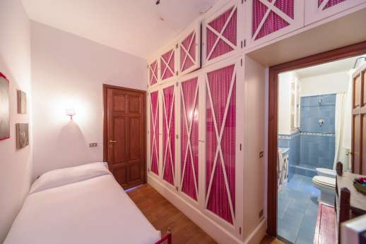 Villa Paraggi - Dependance 2 of 2 air conditioned single bedrooms sharing a bathroom with shower