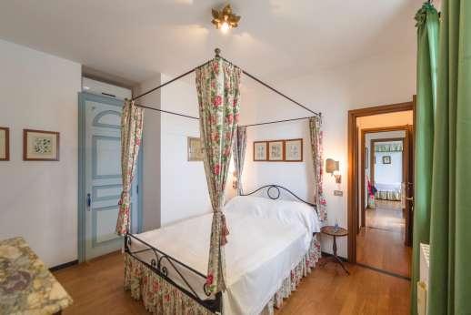 Villa Paraggi - Dependance air conditioned double bedroom with en-suite bathroom