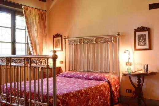 Poggitello - Double bedroom with en suite bathroom, lower ground floor.