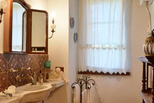 Poggitello - One of the en suite bathrooms.