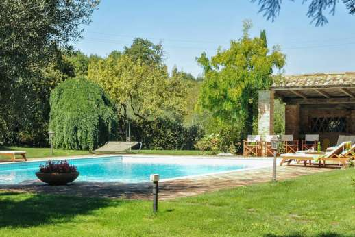 Podere Santa Giulia  - A poolside pergola for shade furnished with sun loungers.
