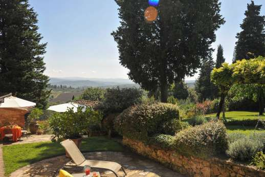 Podere Santa Giulia  - Lounging with views of the beautiful terraced garden.