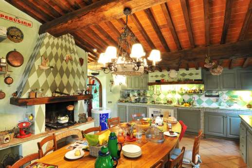 Podere Santa Giulia  - Well equipped kitchen with dining table.