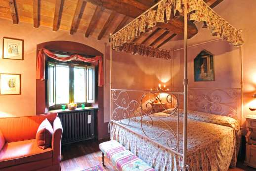 Podere Santa Giulia  - Master four poster double bedroom with an en suite bathroom with shower.