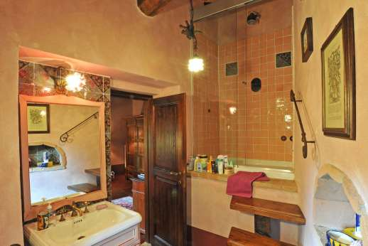 Podere Santa Giulia  - And the en suite bathroom.