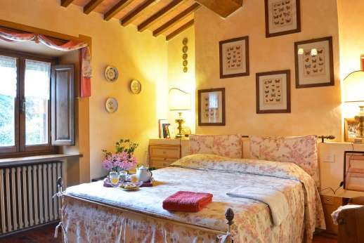 Podere Santa Giulia  - Main house double bedroom with en suite bathroom.