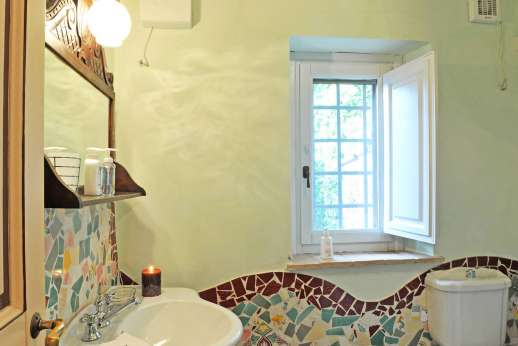 Podere Santa Giulia  - Second guest house, en suite bathroom.