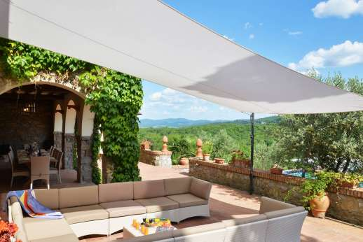 Tenuta il Poggio - The terracotta terrace facing the pool and views.